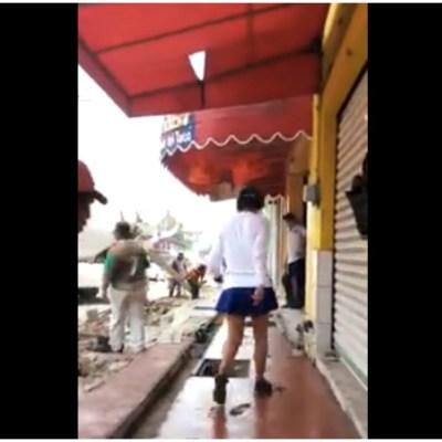 'Lady Banqueta' arruina cemento fresco al pisarlo, pese a la advertencia de trabajadores