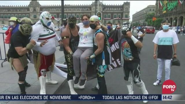luchadores promueven uso de cubrebocas en el zocalo de la cdmx
