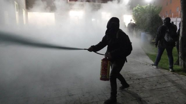 Mujeres manifestantes durante el enfrentamiento con policías en las instalaciones de la CNDH en Ecatepec. (Foto: Cuartoscuro)