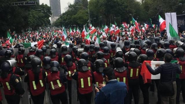 Integrantes del Frente Nacional Anti AMLO protestan en la Avenida Juárez de la Ciudad de México