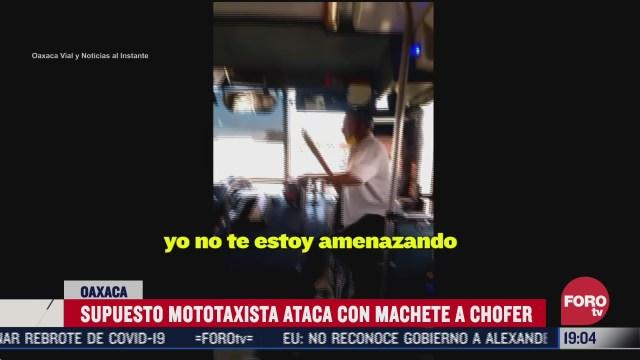 video como un mototaxista agrede con machete a un chofer del trasporte en Oaxaca