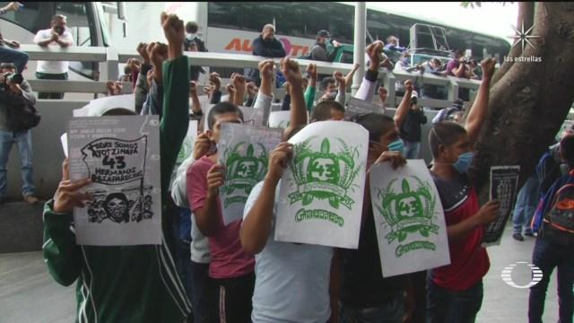 padres de los 43 normalistas de ayotzinapa protestan frente a la fgr