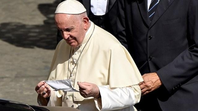 El papa Francisco se pone el cubrebocas
