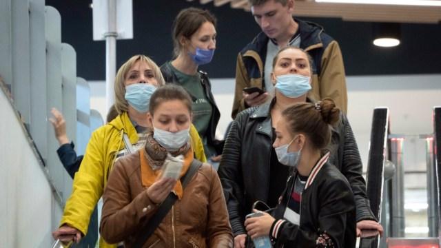 Personas con cubrebocas en Rusia