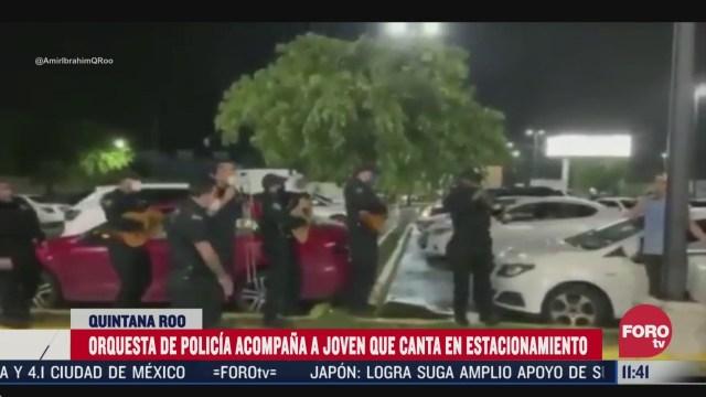 policias cantan cielito lindo con un joven desempleado