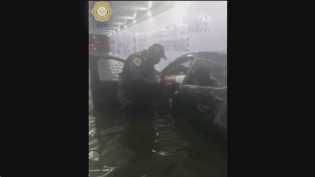 policias rescatan a conductor que quedo atrapado en inundacion de cdmx