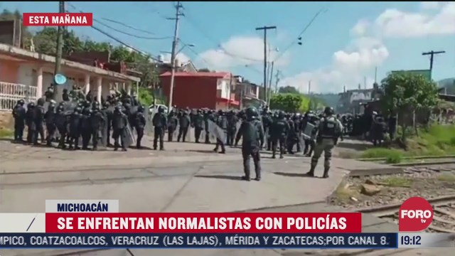 policias y normalistas se enfrentan en uruapan michoacan