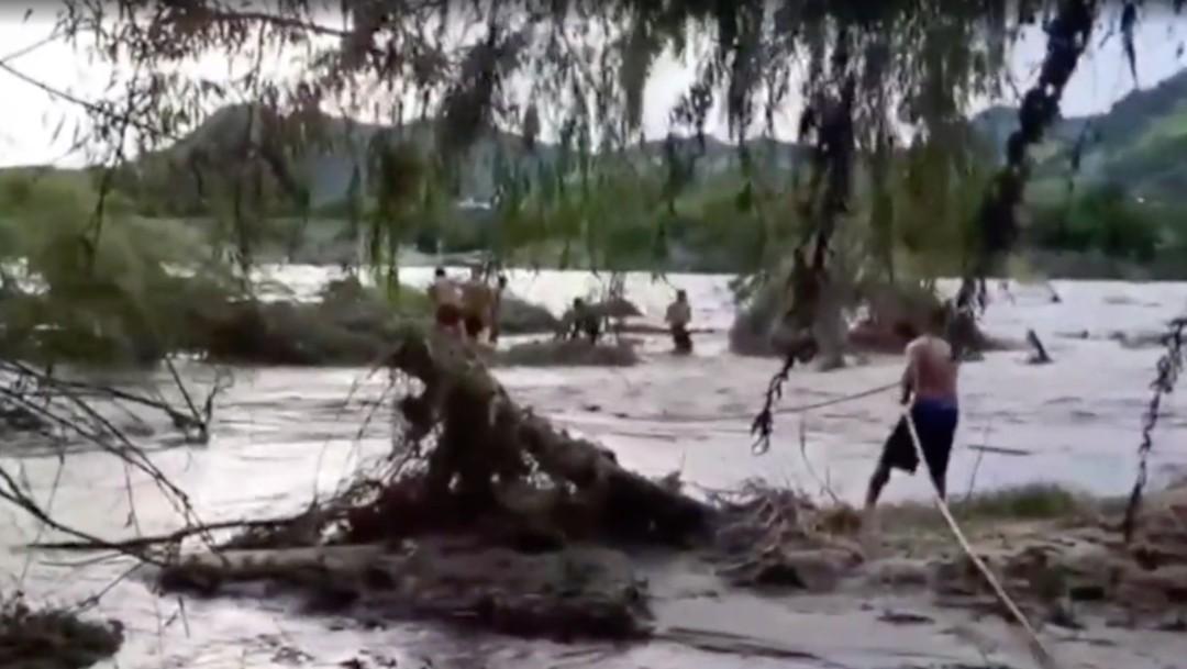 Rescatan a pescador y su hijo atrapados en islote por las lluvias en Tecpan de Galeana, Guerrero