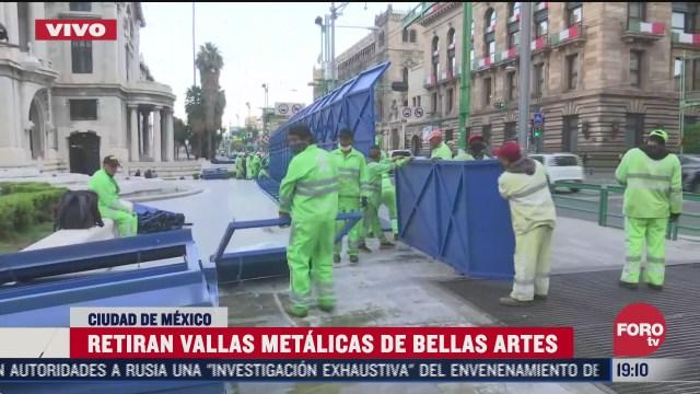 Autoridades de la Ciudad de México retiran vallas para contener a manifestantes en el palacio de bellas artes