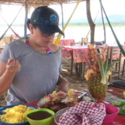 La comida se cocina a la leña, hay palapas para descansar sobre hamacas y se puede disfrutar tanto del océano como del río y la laguna