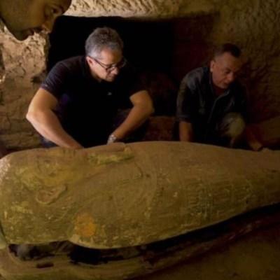 Descubren catorce sarcófagos de hace 2,500 años en Saqqara, Egipto.