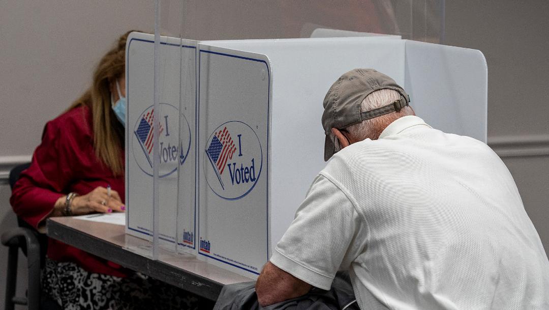 El proyecto también establece que los centros electorales deben informar una hora después del cierre de las urnas, cuántos votos por correo y cuántos en persona han recibido para poder conocer el total de los votos que se van a contar