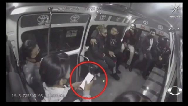 Pasajera de transporte público esconde celular previo a sufrir asalto en Puebla