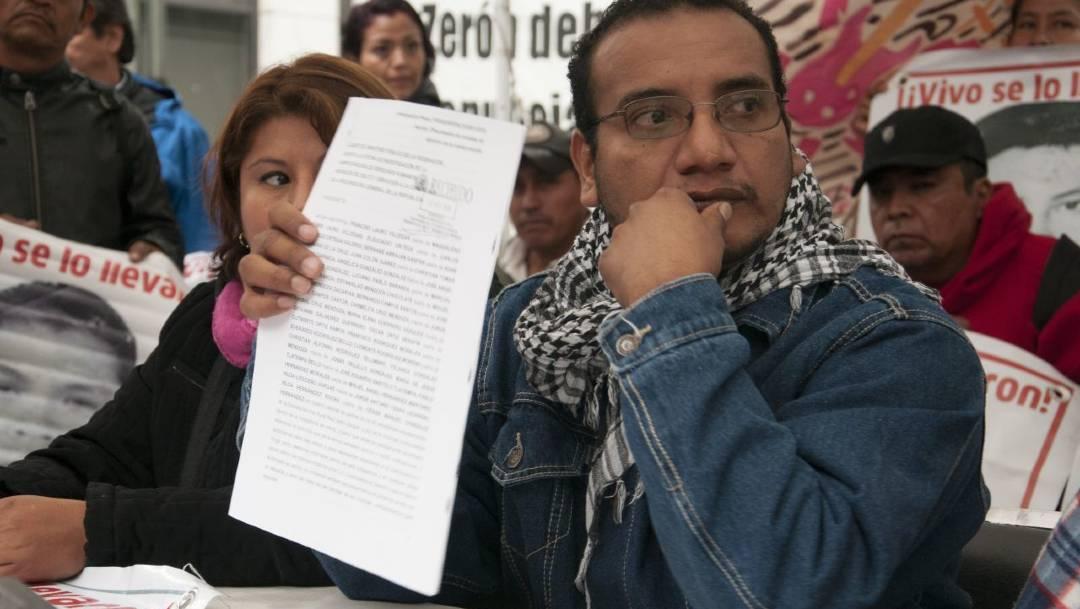"""Padres y madres de los 43, """"satisfechos"""" tras informe del Gobierno: Vidulfo Rosales"""