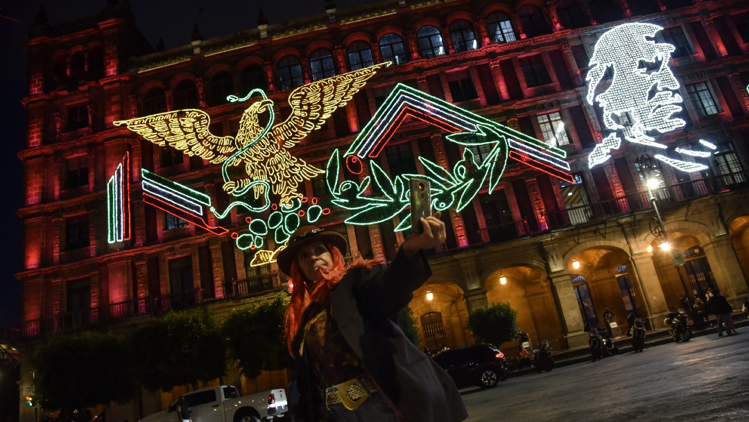 Decoración del mes patrio en plazas de México