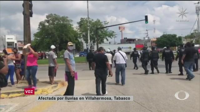 Damnificados por lluvias en Tabasco bloquean carreteras