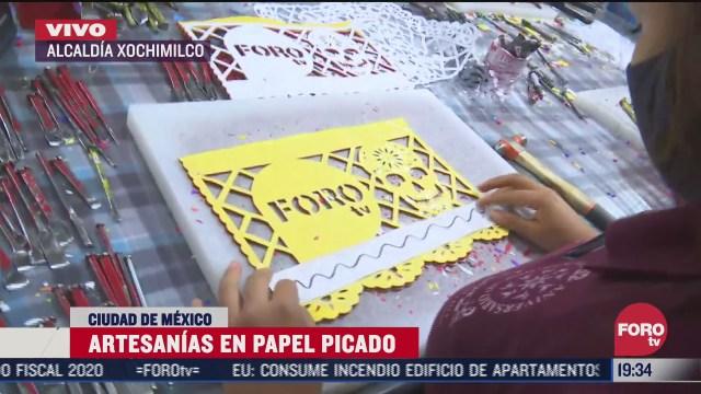 artesanos empiezan a fabricar papel picado para dia de muertos