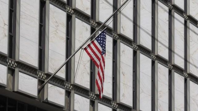 Bandera en la Embajada de EEUU en México