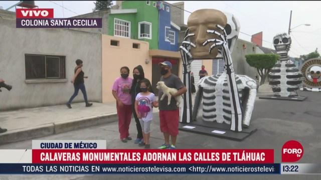 calaveras monumentales adornan calles de la alcaldia tlahuac cdmx