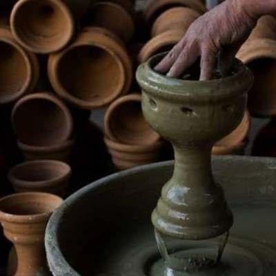 Alfareros poblanos elaboran candeleros y sahumerios para Día de Muertos