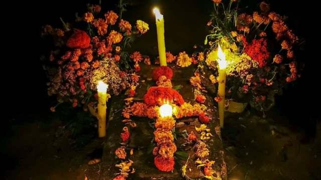 Celebran a los muertos en Oaxaca, pese a restricciones sanitarias
