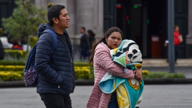 Familia con bebé en Toluca, clima frío