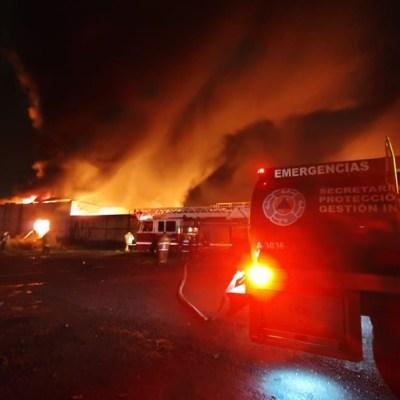 Fuerte incendio consume bodega en Parque Industrial de Chachapa en Amozoc, Puebla