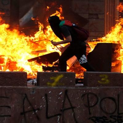 Manifestantes en Chile queman iglesias y realizan saqueos tras multitudinaria marcha