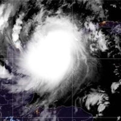 Huracán 'Delta' toca tierra en Puerto Morelos, Quintana Roo, como categoría 2