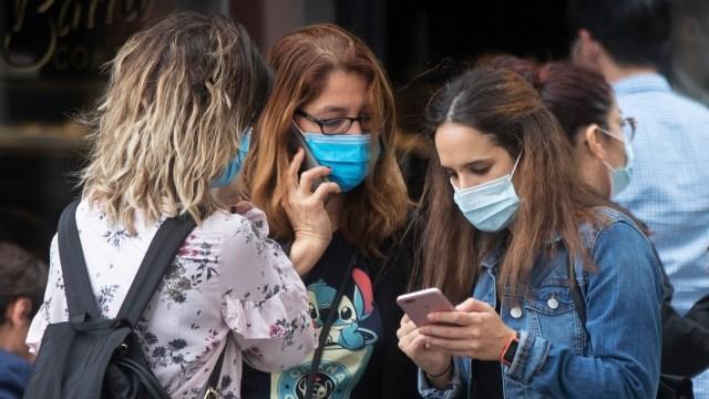 Mujeres con cubrebocas en España