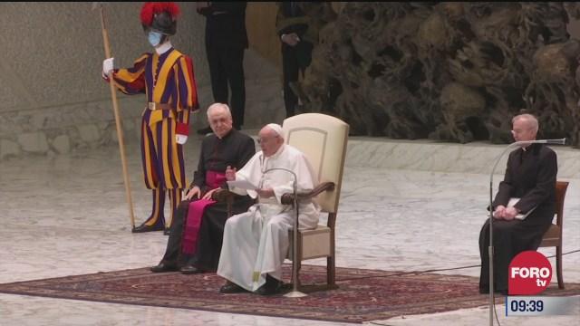 papa francisco se disculpa por no saludar de mano por covid