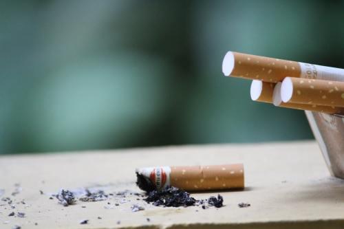 Doctora de la UNAM explica cómo COVID-19 afecta a fumadores
