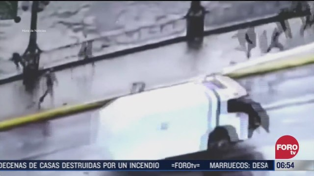 policia empuja a joven a un rio en chile