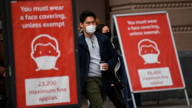 Reino Unido prevé comenzar vacunación contra coronavirus a final de año, según 'The Times'