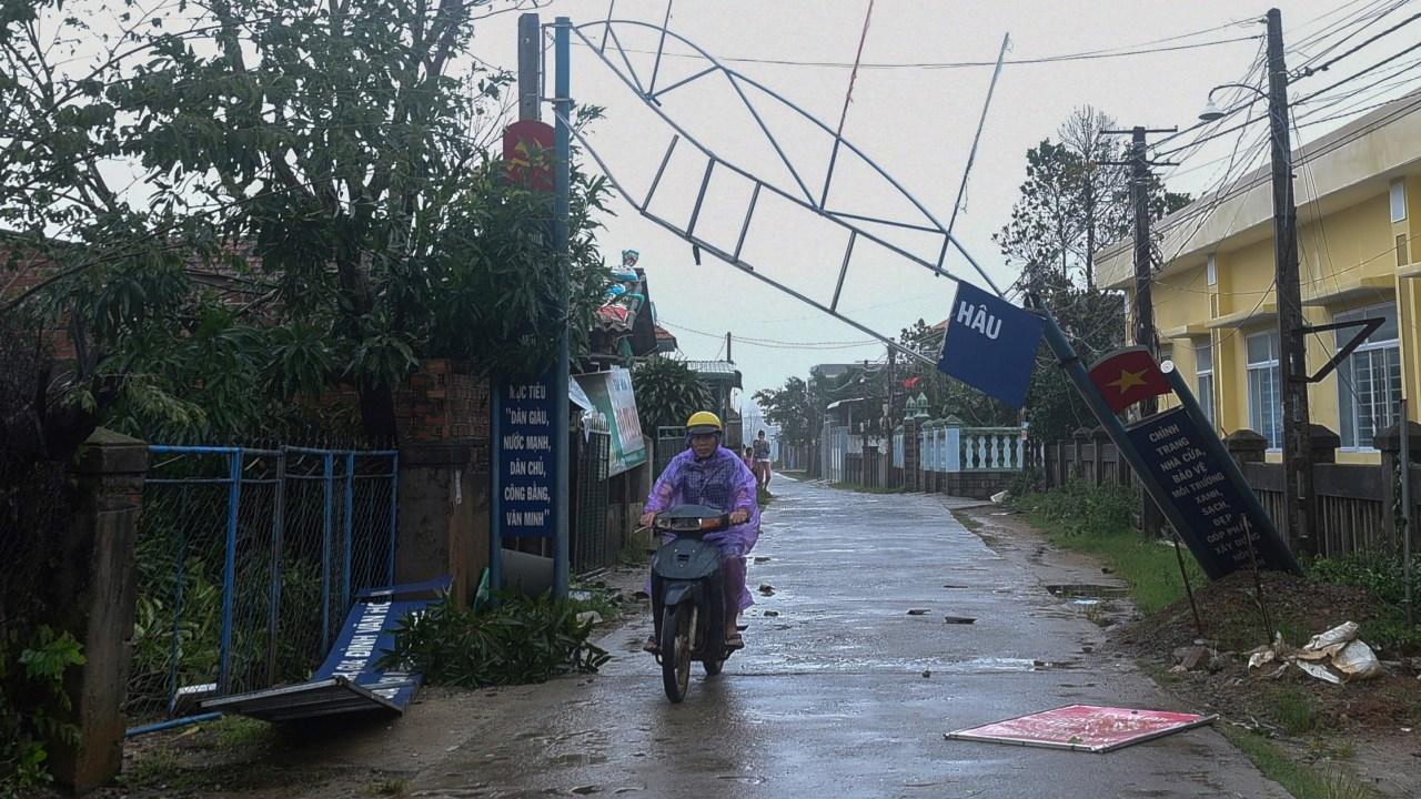 Tifón Molave deja al menos 15 muertos y 64 desaparecidos por aludes en Vietnam