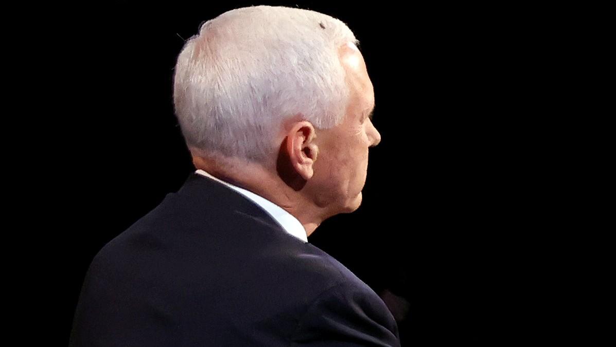 Una mosca, la invitada no deseada del debate Pence-Harris que se hizo viral.