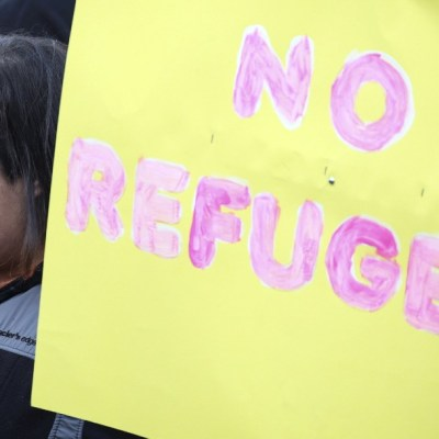 Una mujer protesta contra los refugiados en Estados Unidos