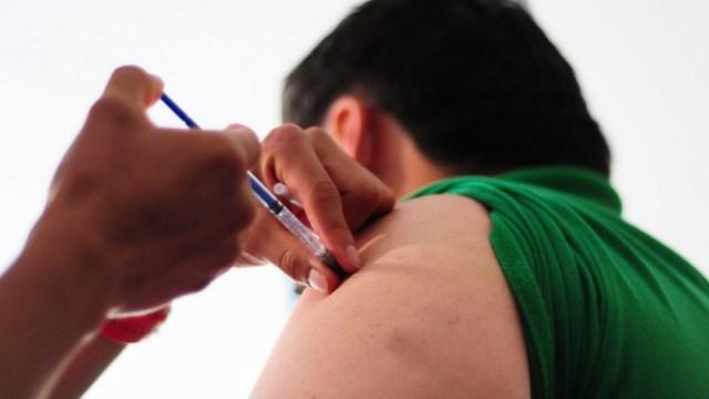 Una persona recibe la aplicación de la vacuna contra la influenza
