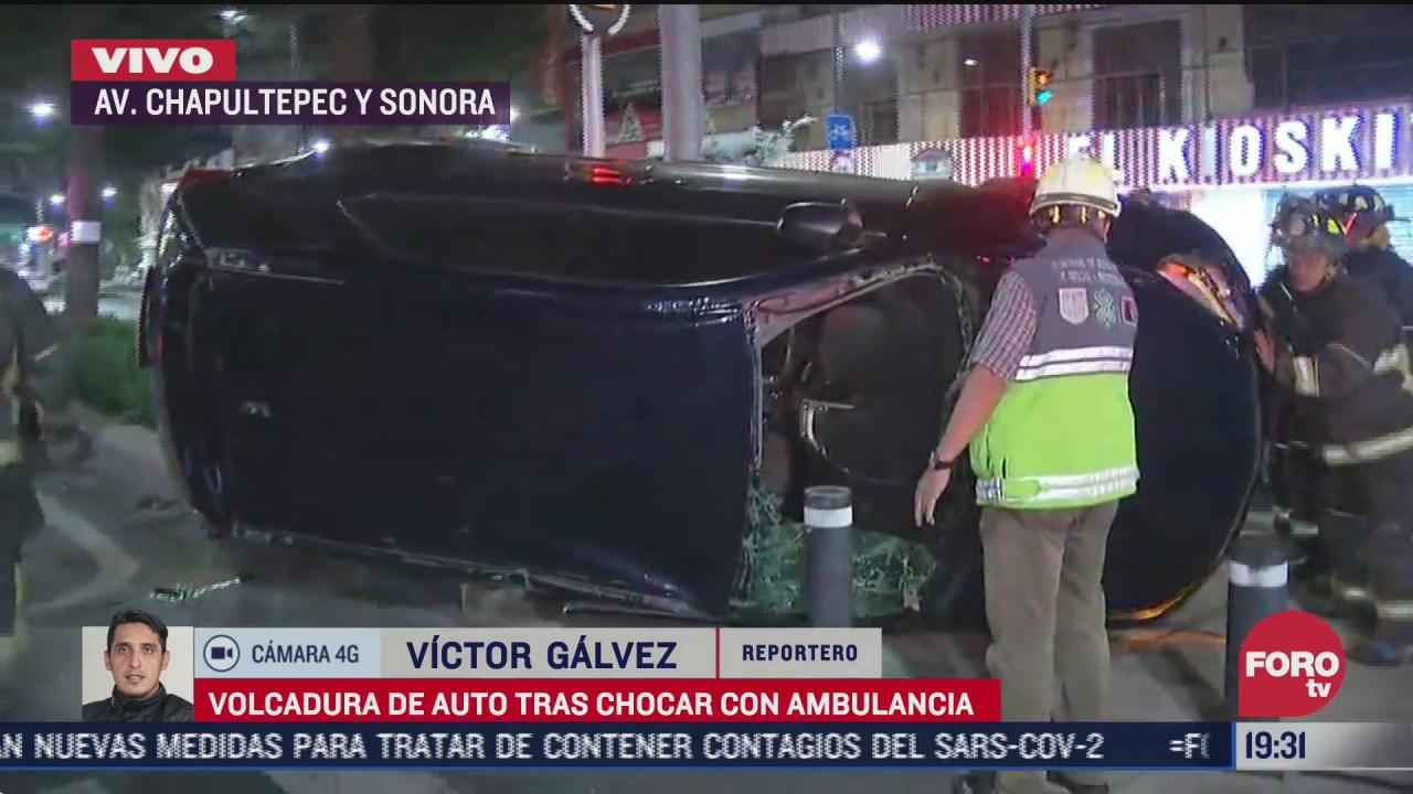 vuelca auto tras chocar con ambulancia en la cdmx