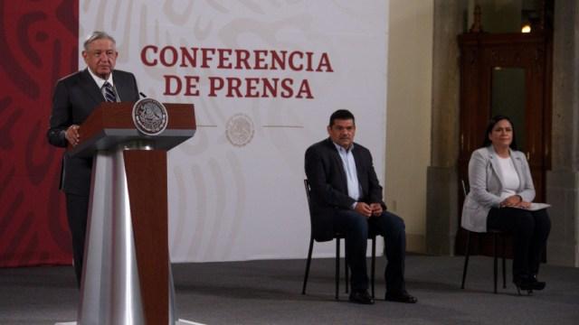 Andrés Manuel López Obrador, presidente de México, acompañado de Javier May Rodríguez, secretario de Bienestar y Ariadna Montiel Reyes, subsecretaria de Desarrollo Social