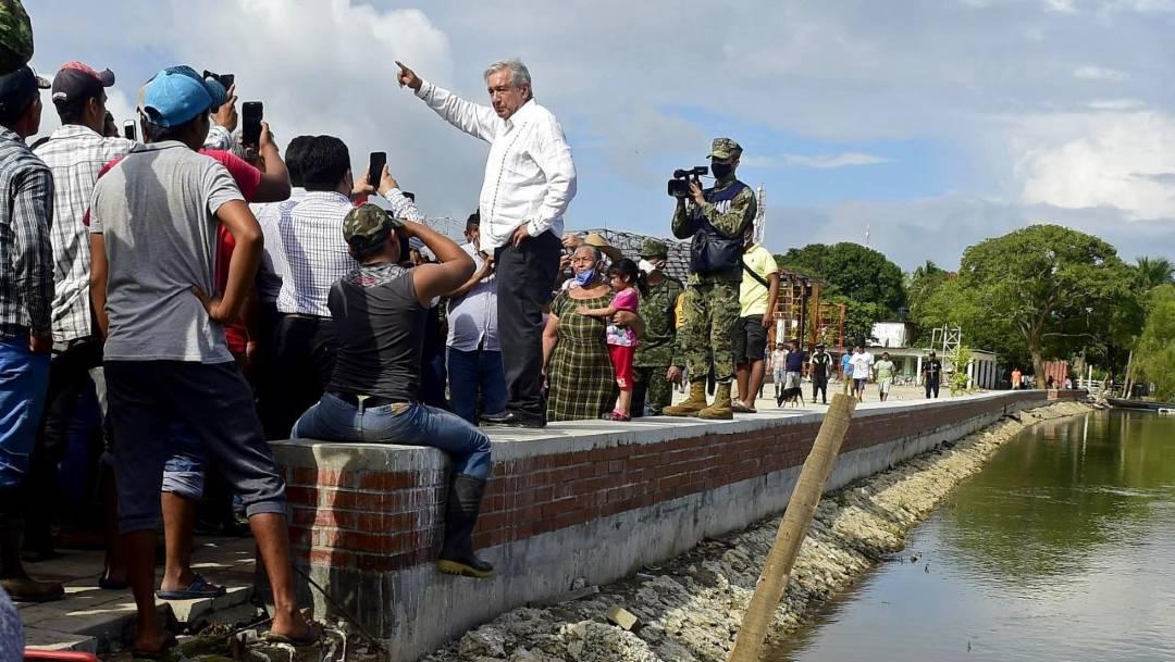 El presidente Andrés Manuel López Obrador continúa continúa sus recorridos por las zonas inundadas en Tabasco