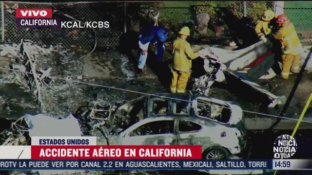 cae aeronave sobre varios vehiculos estacionados en california