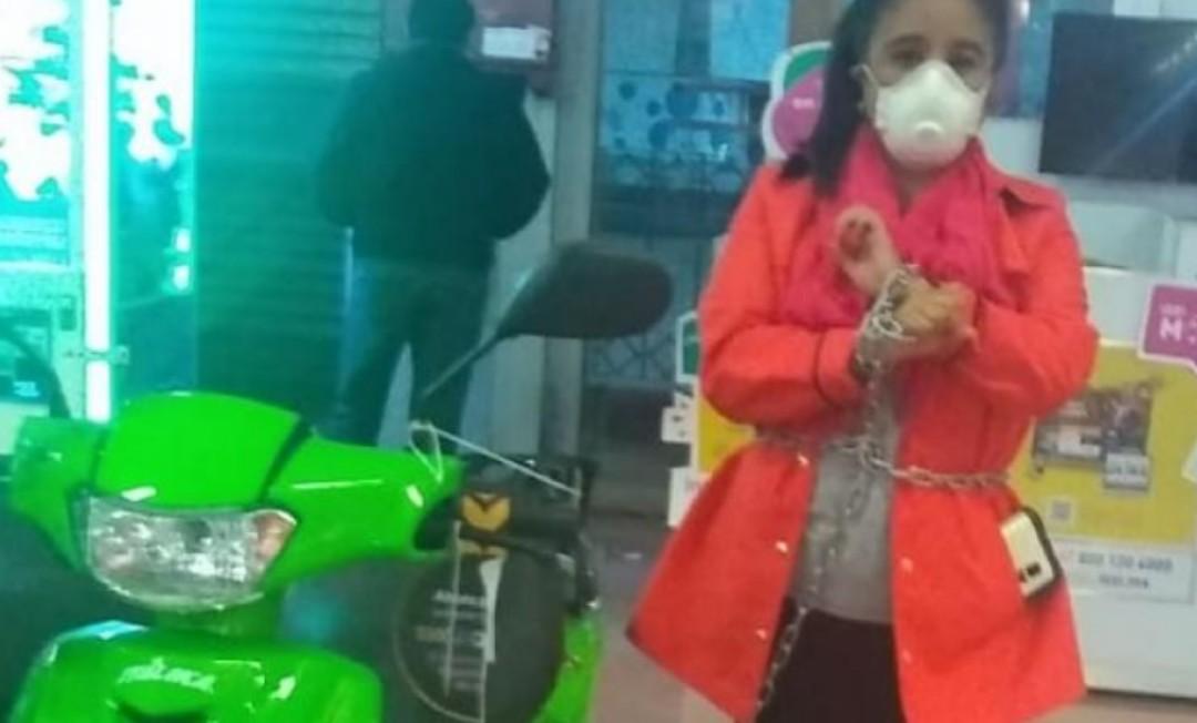 Mujer se encadena a motocicleta para que respeten el precio
