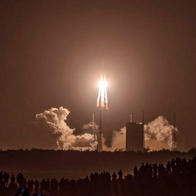 China lanza su misión Chang'e 5 para traer muestras de la Luna