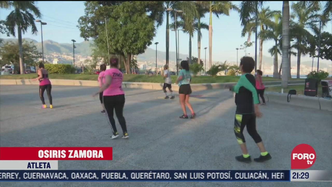 ciudadanos se ejercitan al aire libre en acapulco guerrero