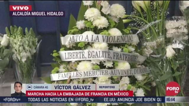 colocan arreglos florales frente a la embajada de francia por asesinato de empresario frances