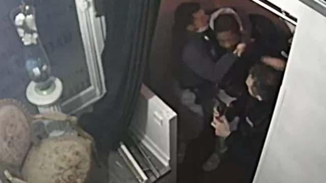 Detienen a policías franceses que golpearon a músico negro