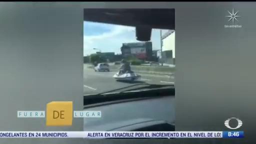 fuera de lugar una moto acuatica a toda velocidad en una autopista