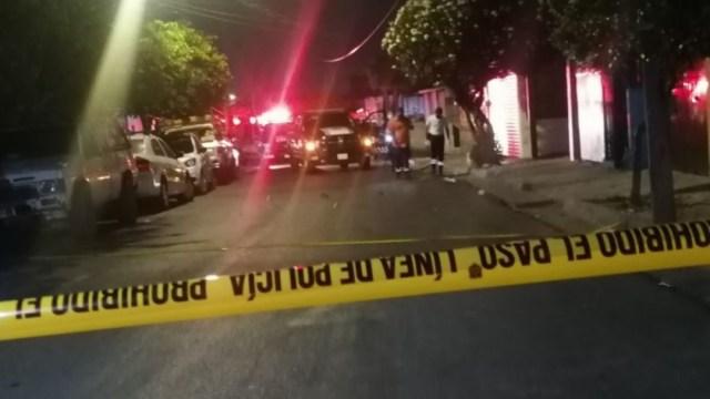 Servicios de emergencia llegan a la calle Apolonio M Avilés en la colonia Echeverría