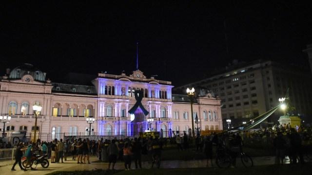 Pese a COVID, cientos de argentinos esperan dar último adiós a Maradona en la Casa Rosada